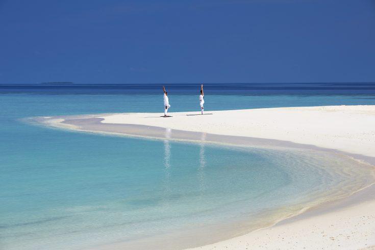 61616925-H1-Yoga_on_the_beach