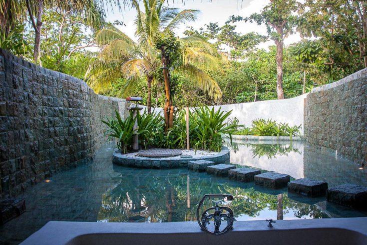 Soneva-Fushi-Family-Villa-Suite-with-Pool_Outdoor-Bathroom-by-Martin-Whiteley_0