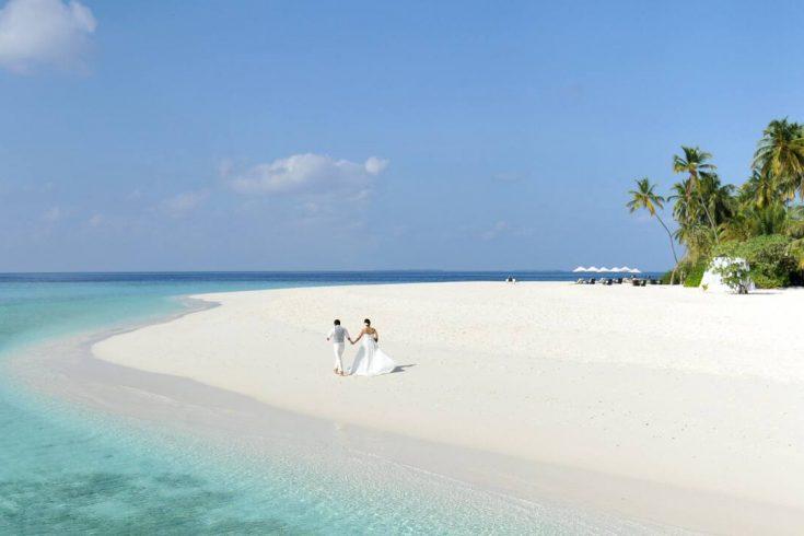 Park-Hyatt-Maldives-Hadahaa-P075-Couple-Walking-on-Beach.16x9